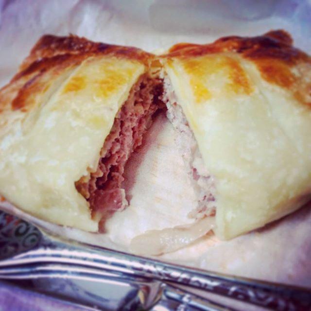 お家に帰ってきてからのミートパイ!オーナー△母手作り!お肉、玉ねぎ、チーズみっちり!サックサクのじゅわじゅわです。ごちそうさまでした。#手作り #ミートパイ #おいしいもの #ごちそうさまでした #右の筺