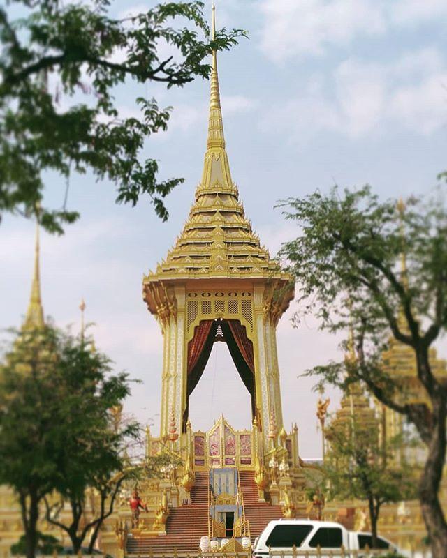 前国王ラマ9世の火葬場、サナームルアン。残念ながら入場はできませんが、せめて外からお悔やみ。#sanamluang #バンコク旅行 #右の筺