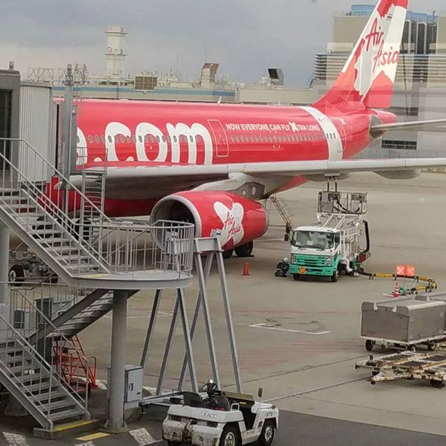 エアアジア機のしっぽ。ぼちぼち出発。眠いわ~(・д・)#右の筺