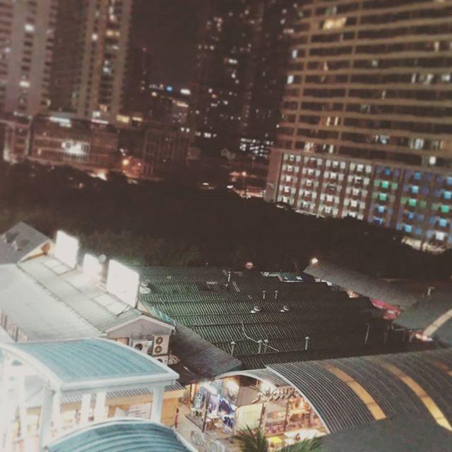 夜のバンコクを徘徊。ドンムアン空港は大規模?工事中で食事がちょっとできなかった。夜のバンコクは不夜城の様相。お酒とつまみを買って、トゥクトゥクかっ飛ばしてホテルへ帰還。ワイングラスでお疲れさま。夜の全速力トゥクトゥクは排気ガスにまみれつつも、爽快でした (・∀・) #バンコク旅行 #トゥクトゥク#右の筺 #オーナー△