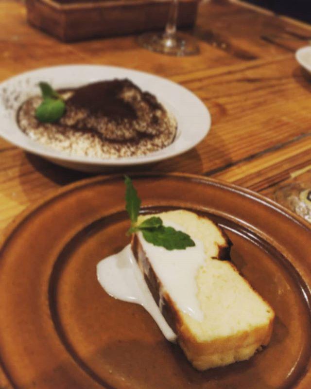 山羊のミルクのチーズケーキとティラミス。