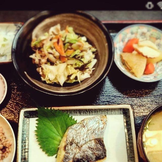 今日はからだ塾へ機能解剖学の勉強に行ってきました。たまには神社仏閣以外にも行くんですよ。こういう講習会の楽しみにランチがあります!今回、一日目は居酒屋嵯峨さんの「薬膳定食」。その夜はエキマルシェ大阪のロマン亭のの「錦膳」。二日目のお昼は麺や五山さんの「五山ラーメン極」いずれも1000円前後なのに満足度が高かった!講習会はもちろん楽しいですが、こういうプラスαがあると更に楽しいですね。今回もお世話になりました。ありがとうございました(・∀・) #u-balからだ塾 #新大阪グルメ #居酒屋嵯峨 #ロマン亭ルクア大阪店 #麺や五山 #おいしいもの #ランチ #右の筺