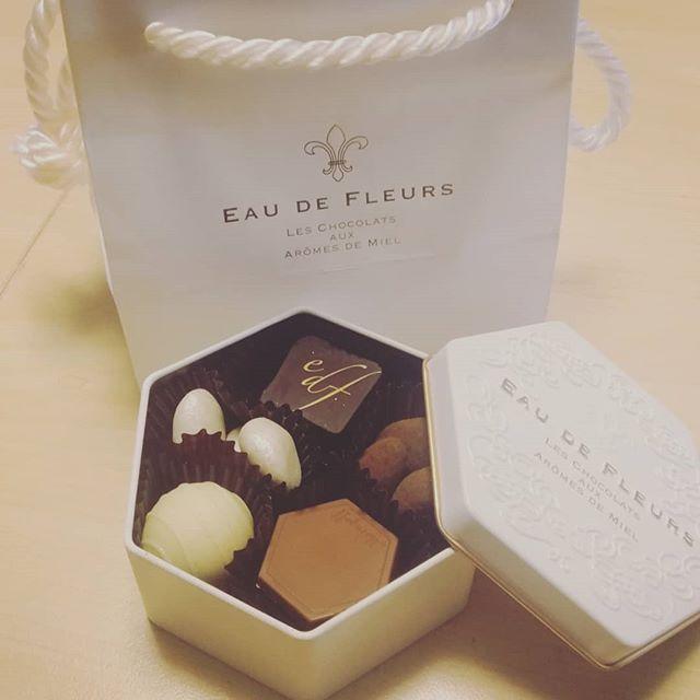 友人にもらったDVDを、お客様にお貸ししていただいたチョコレート!神戸の名店モロゾフ。兵庫県民のお家には、必ずモロゾフのプリン容器があったものです。オーナー△と興奮しながらのopen。アレですよ、奥さん。一粒で満足しちゃうやつですよ。はー、チョコ美味しい。ポリっとかじって珈琲を口に含む。これまた、たまらんマリアージュ(テンション高め)私は何の労力は使って無いのですが。ありがとうございました。オーナー△と大事においしくいただきます(o_ _)oまたこれ、缶も可愛いのよ。#チョコレート #モロゾフ #さしいれ #おいしいもの #缶は再利用 #右の筺